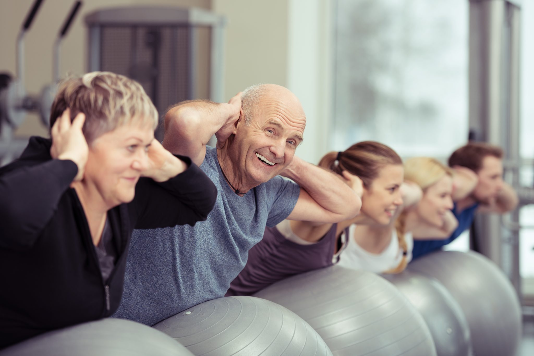 Grupa seniorów wykonuje ćwiczenia