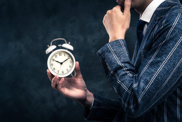 Mężczyzna trzymajacy zegarek