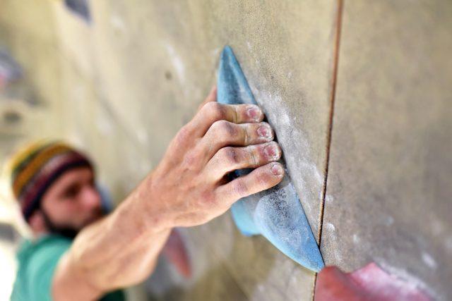 Mężczyzna wspinający się na ściankę