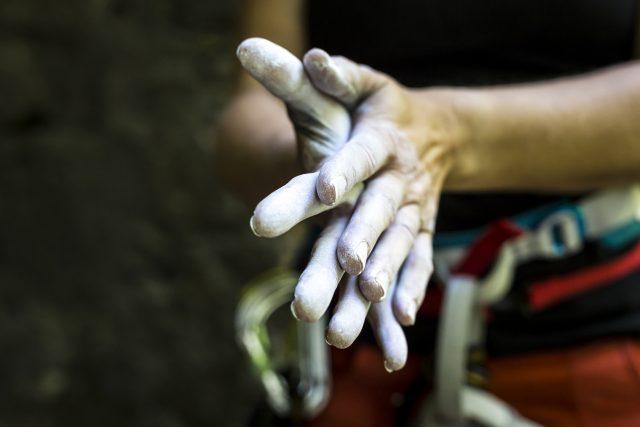 Pokryte talkiem dłonie wspinacza