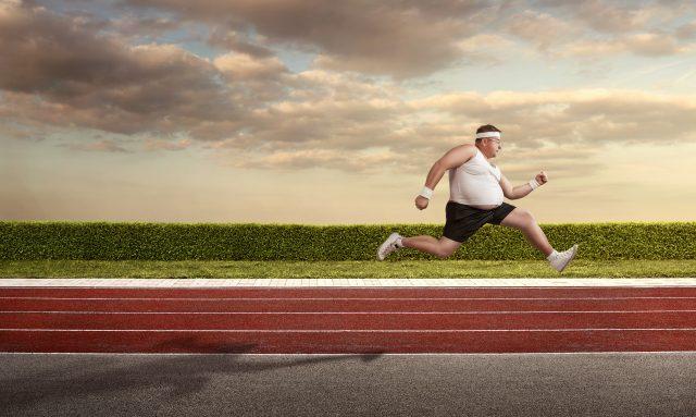 Mężczyzna z nadwagą uprawia sport