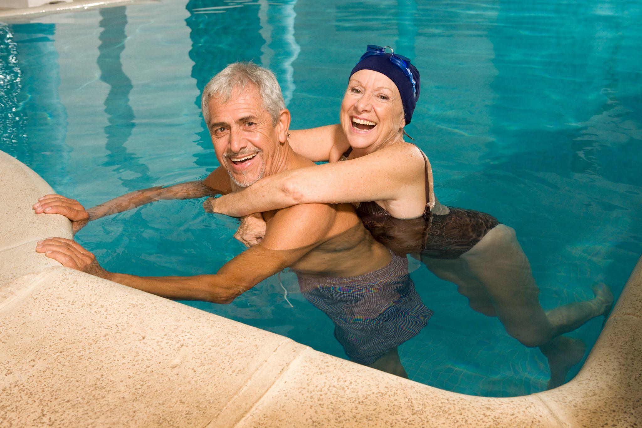 Dwie osoby kąpiące się w basenie