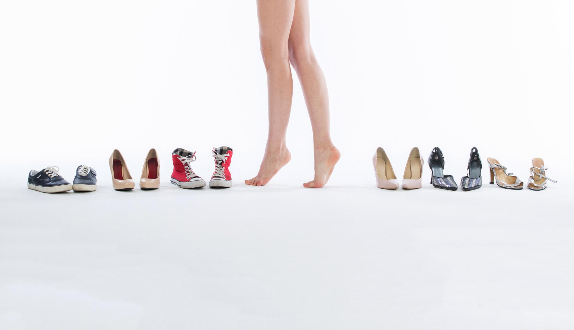 Kobieta pośród obuwia