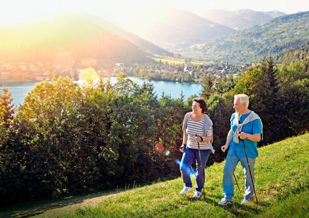 Kobieta i mężczyzna ćwiczą nordic walking