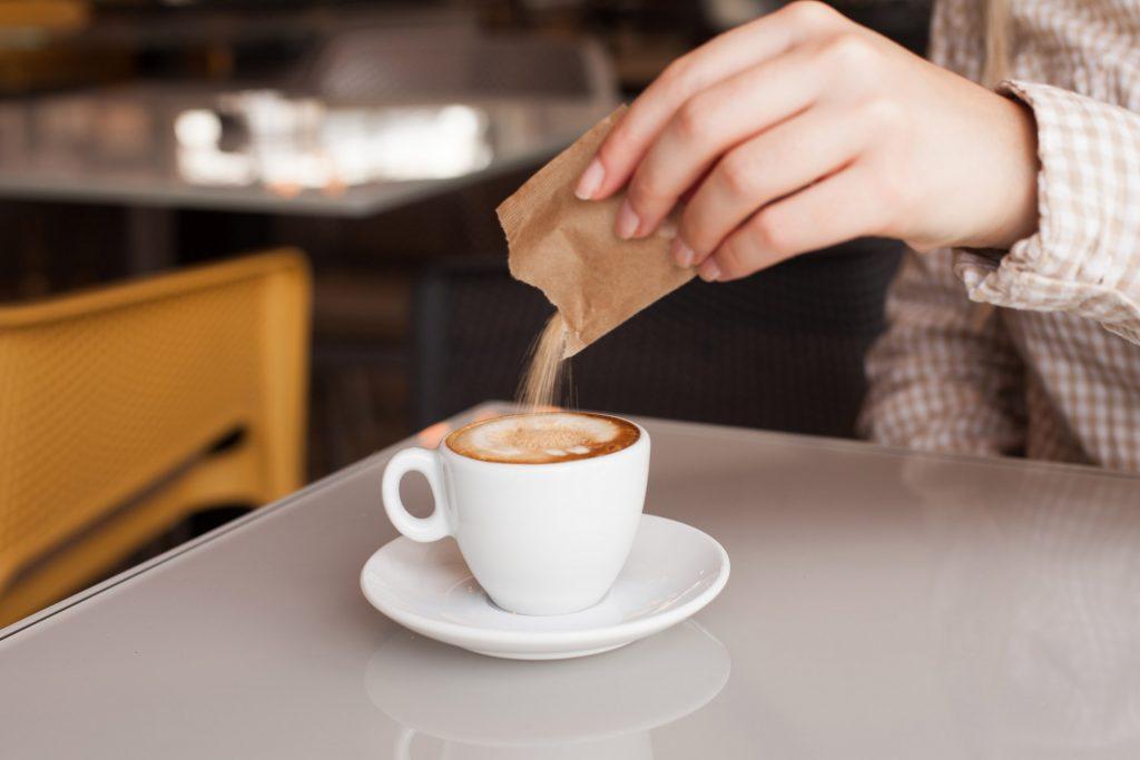 Słodzenie kawy