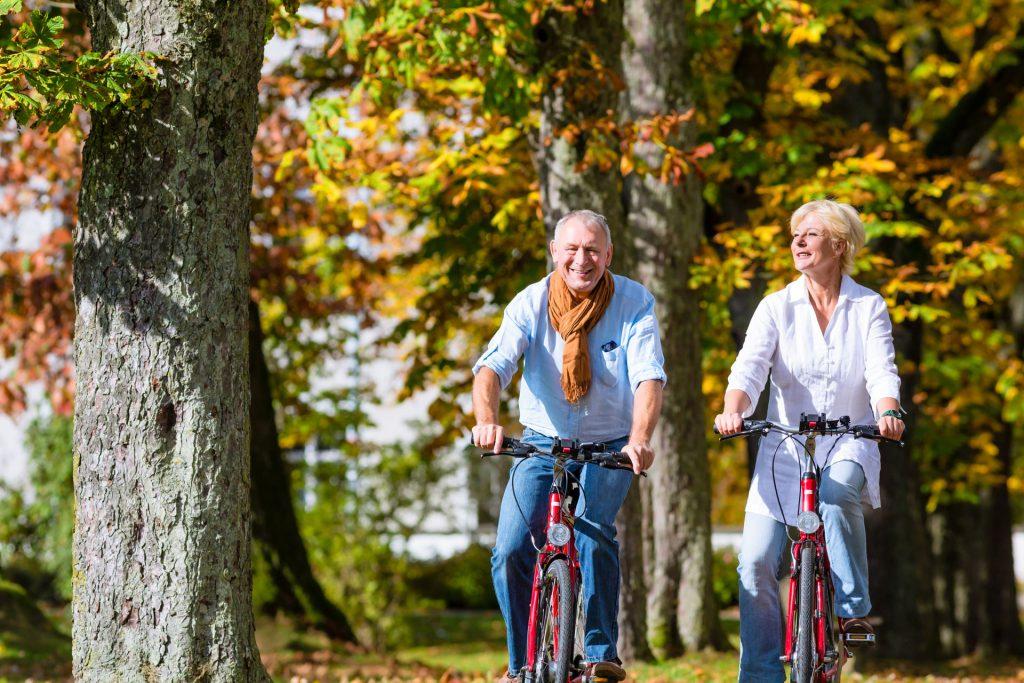 Kobieta i mężczyzna jadą na rowerach