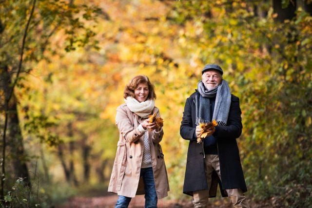 Dwoje ludzi na jesiennym spacerze