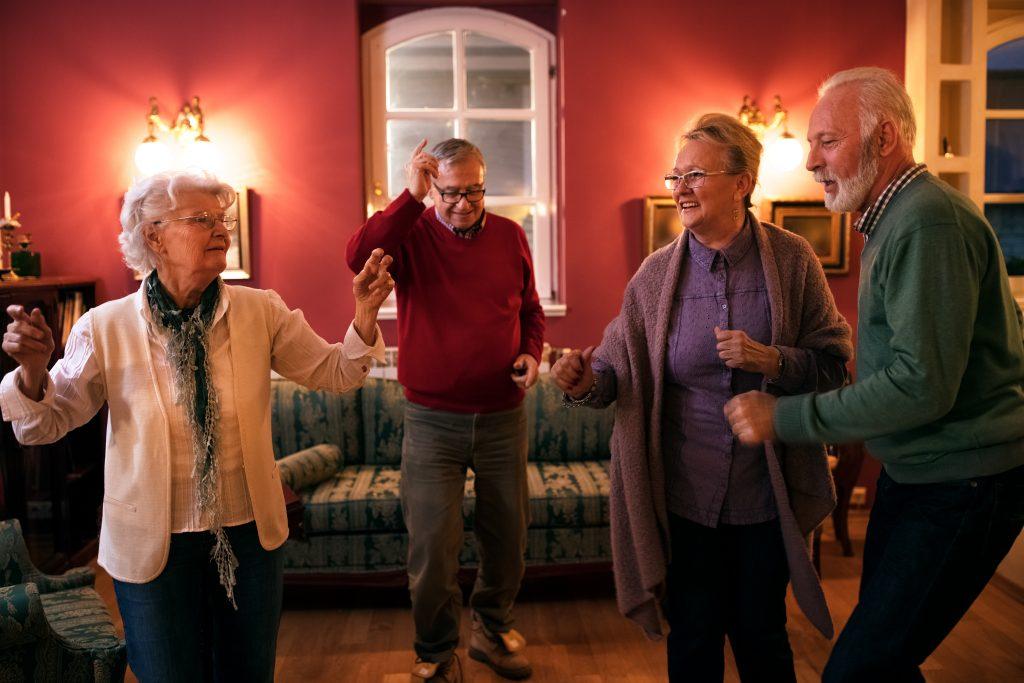 Grupa starszych osób tańczy
