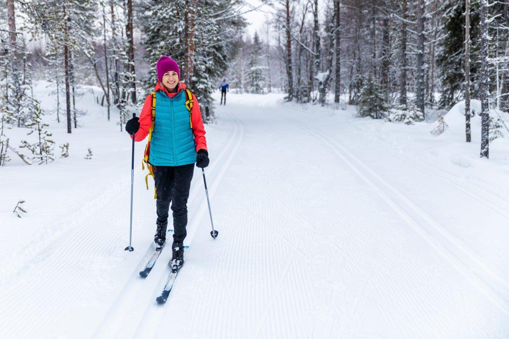 Kobieta uprawiająca narciarstwo biegowe