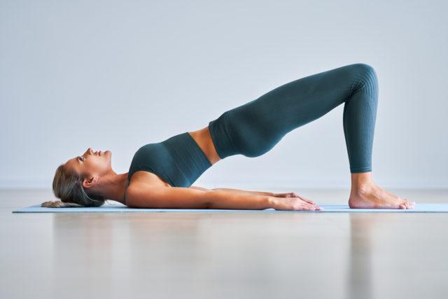Kobieta wykonujące ćwiczenie rozciągające, most