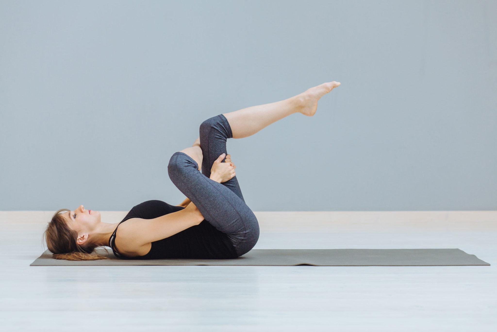 Kobieta wykonuje ćwiczenie na macie