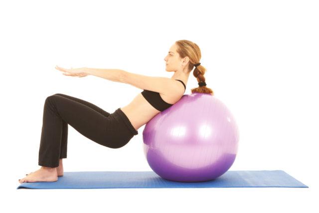 Kobieta wykonująca ćwiczenie na ból w dolnym odcinku kręgosłupa