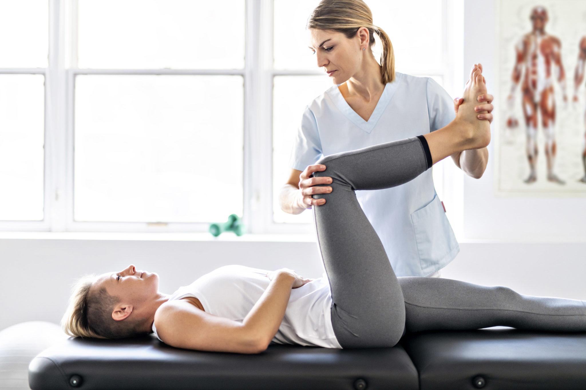 Terapeutka wykonuje ćwiczenie razem z pacjentką